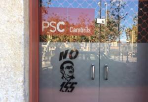 La pintada a la seu del PSC de Cambrils, prop de la riera.