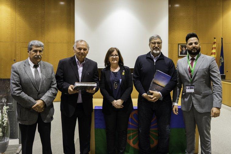 Representants de la comunitat gitana i de l'Ajuntament de Cambrils durant l'acte institucional.