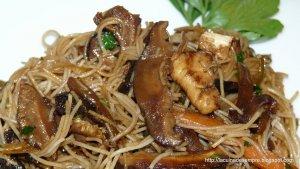Wok de fideus d'arròs amb shiitake