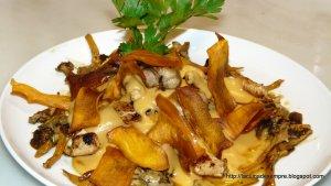 Pollastre amb bolets, crema i xips de moniato