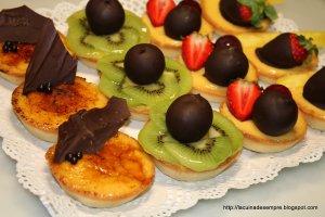 Tartaletes de crema amb fruita i xocolata