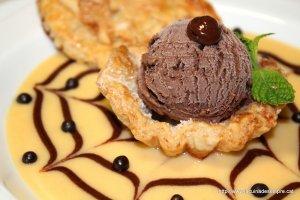 Niu de coca de llardons amb gelat de llet de xocolata amb trossets de xocolata La Fageda sobre dues cremes angleses