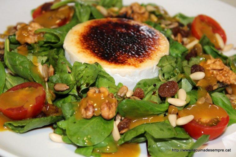 Amanida de canonges amb fruits secs i salsa de mel i mostassa amb formatge de cabra caramelitzat