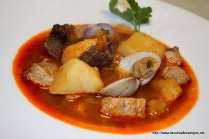 Guisat de tonyina amb patates i cloïsses