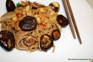 Wok de fideus soba amb gall dindi i shiitake