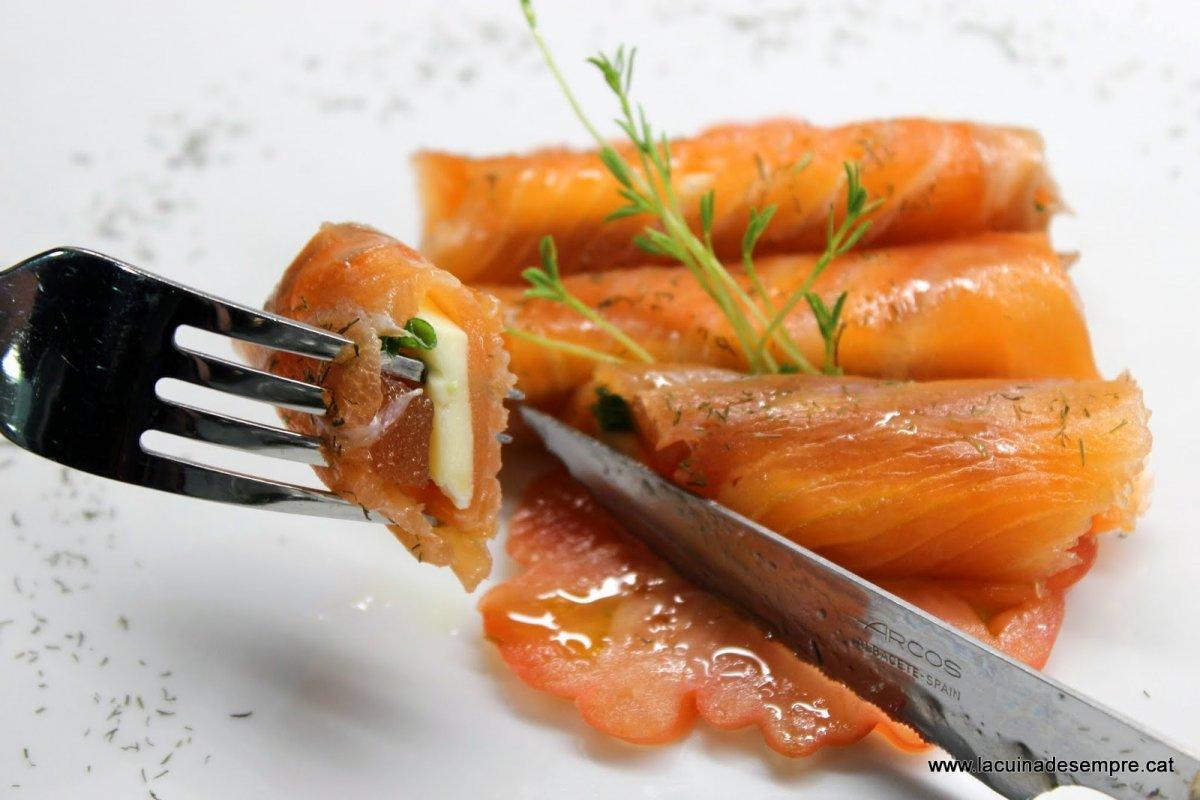 Canelons de salmó, brie, codonyat i cibulet amb oli de vainilla