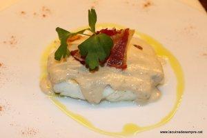 Lluç amb salsa de nous i cruixent de pernil