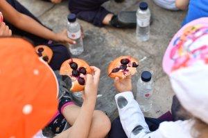 Nens menjant coca amb cireres a Reus.