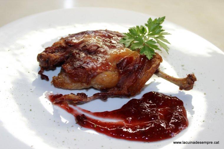 Confit d'ànec amb salsa de fruits vermells