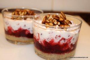 Iogurt grec amb magrana, rom i pinyons caramel·litzats
