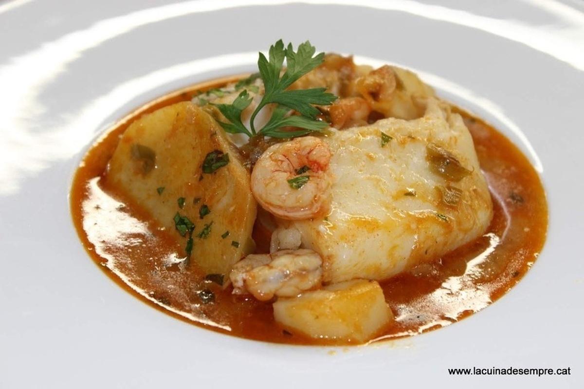 Guisat de bacallà amb gambes i patates
