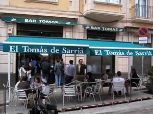 FOTO: Entrada del Bar Tomàs i safata de patates