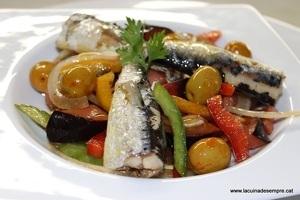 Amanida de tomàquet blau i sardines