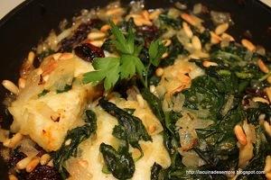 Bacallà amb espinacs, panses i pinyons