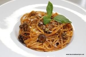 Espaguetis amb salsa siciliana
