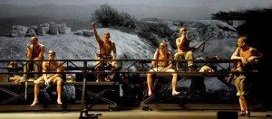 La Kompanyia Lliure va retre homenatge a la Lleva del Biberó en l'obra 'In memoriam'