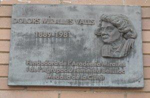 Placa en record de Dolors Miralles i Valls