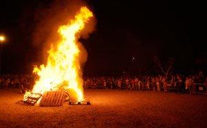 La nit de Sant Joan s'encenen fogueres arreu