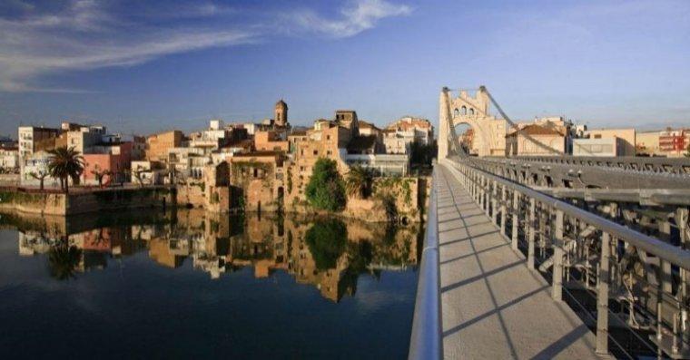 El pont penjant d'Amposta és un dels seus trets característics