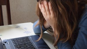 Una veïna de l'Hospitalet denuncia l'assetjament escolar que van patir els seus fills superdotats.
