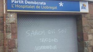 Pinten la seu del PDeCAT a l'Hospitalet pel referèndum independentista.