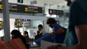 El laude per l'aeroport del Prat fixa un complement de 200 euros per 12 mesos i anul·la els expedients i les sancions als treballadors.