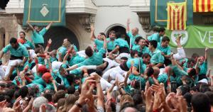Els Castellers de Vilafranca, eufòrics en carregar el 4de10fm.