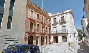 L'Ajuntament del Catllar i la casa de la família Rull, a la plaça de la Vila.