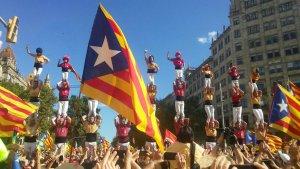 Pilars formant la senyera dels Nens del Vendrell i els Bordegassos de Vilanova.