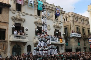 Torre de 9 amb folre i manilles dels Castellers de Sants.