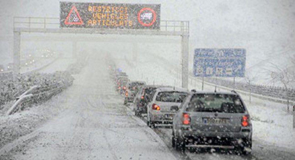 Autovía nevada con circulación lenta