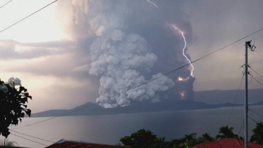 Volcán en plena erupción con relámpagos asociados