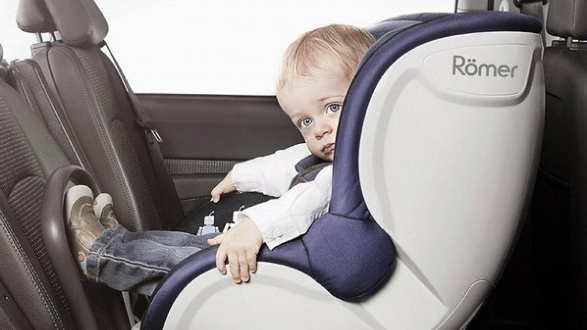 Retiran una sillita de coche para beb s por problemas de for Silla de seguridad coche
