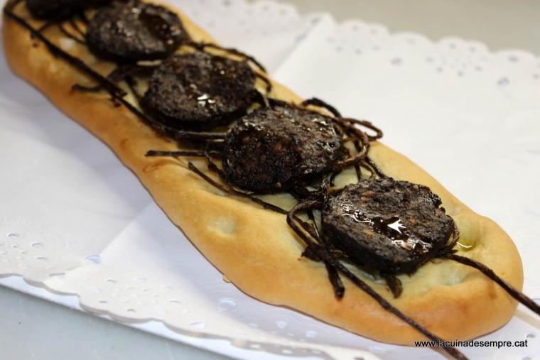Coca de botifarra de coradella amb espàrrecs silvestres cruixents - Recepta pas a pas