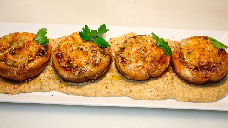 plat de xampinyons farcits de botifarra d'ou i crema de rocafort