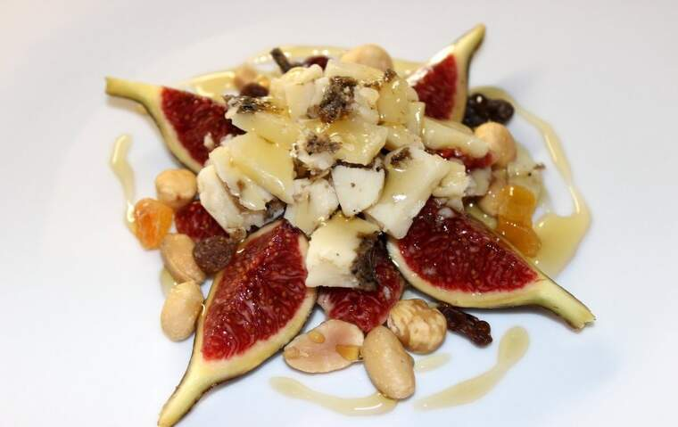 Figues amb pecorino trufat i fruits secs