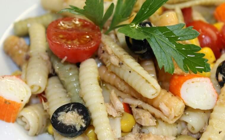 Amanida de pasta amb tonyina, olives, cranc i tomàquet