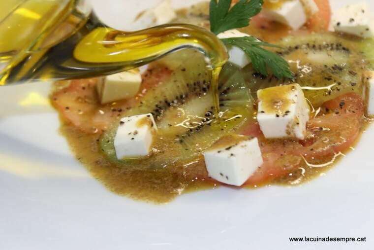 Amanida de tomàquet, kiwi i formatge fresc amb vinagreta de mostassa