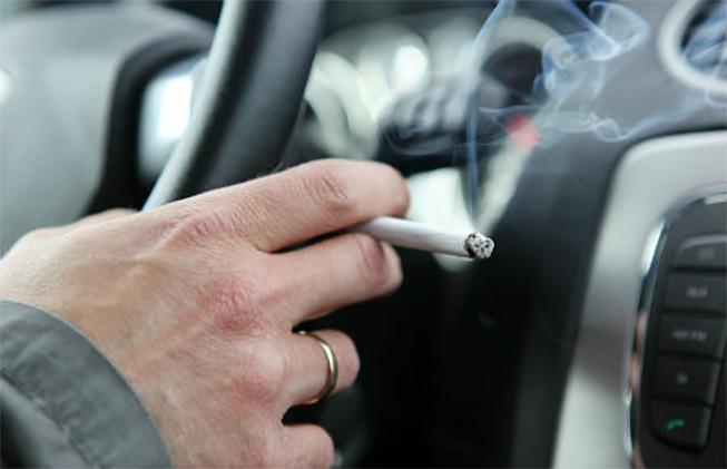 Et sembla bé que es prohibeixi fumar dins el cotxe?